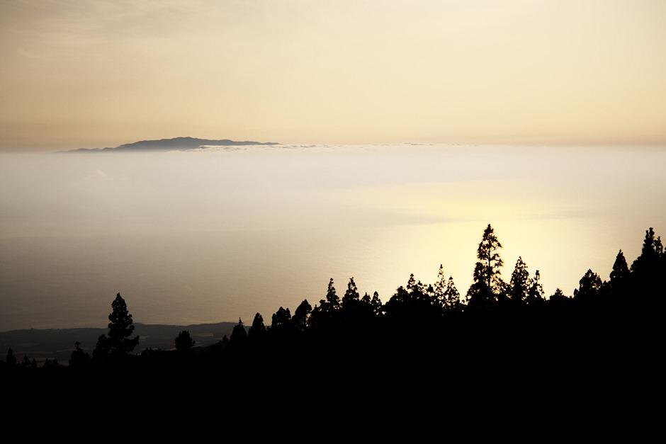 Výhled na ostrov La Gomera. Stoupáme do národního parku Teide. Nacházíme se zhruba v polovině výstupu, tedy v přibližně 1100 metrech nad mořem.