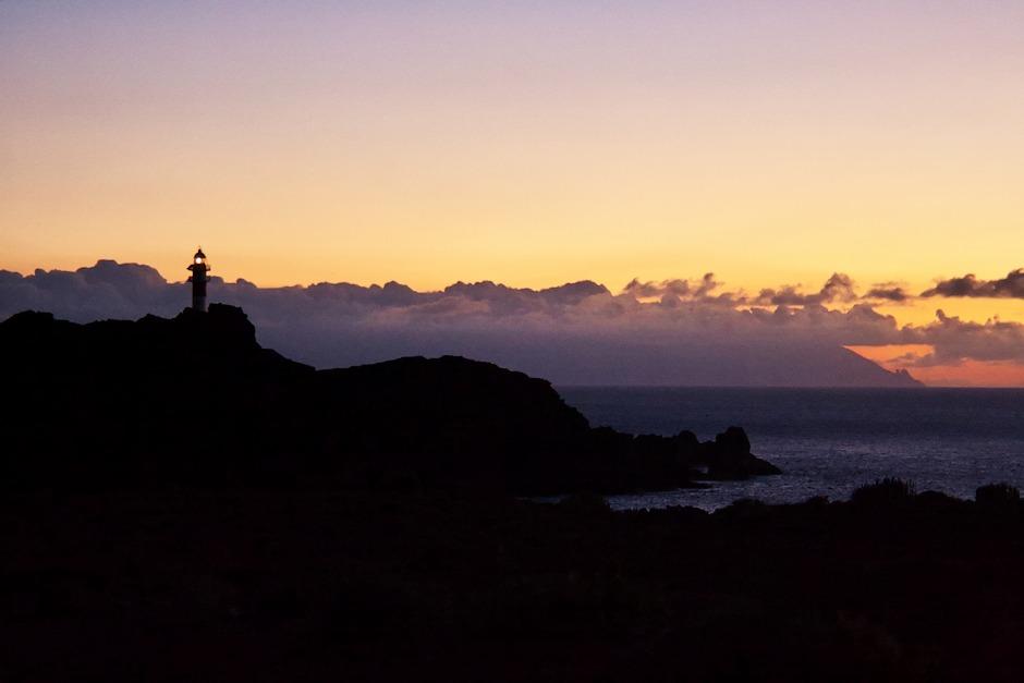 Maják Teno je stále plně funkční a s přibývajícím soumrakem to dal najevo. V pozadí La Gomera.