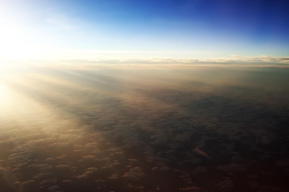Dloužící se stíny vyšší oblačnosti, promítané na oblačnost nižší
