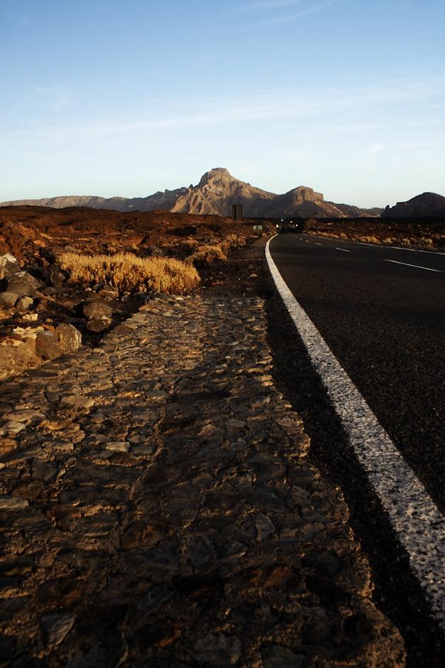 Silnice lávovým polem po poslední erupci z roku 1798 směrem k jihovýchodnímu okraji sopečné kaldery.