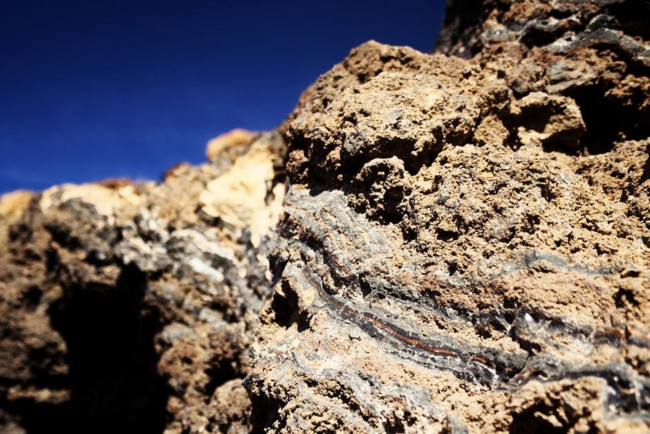 Detail struktur v lávových kamenech - některé vrstvy se leskly a připomínaly spíše porcelán
