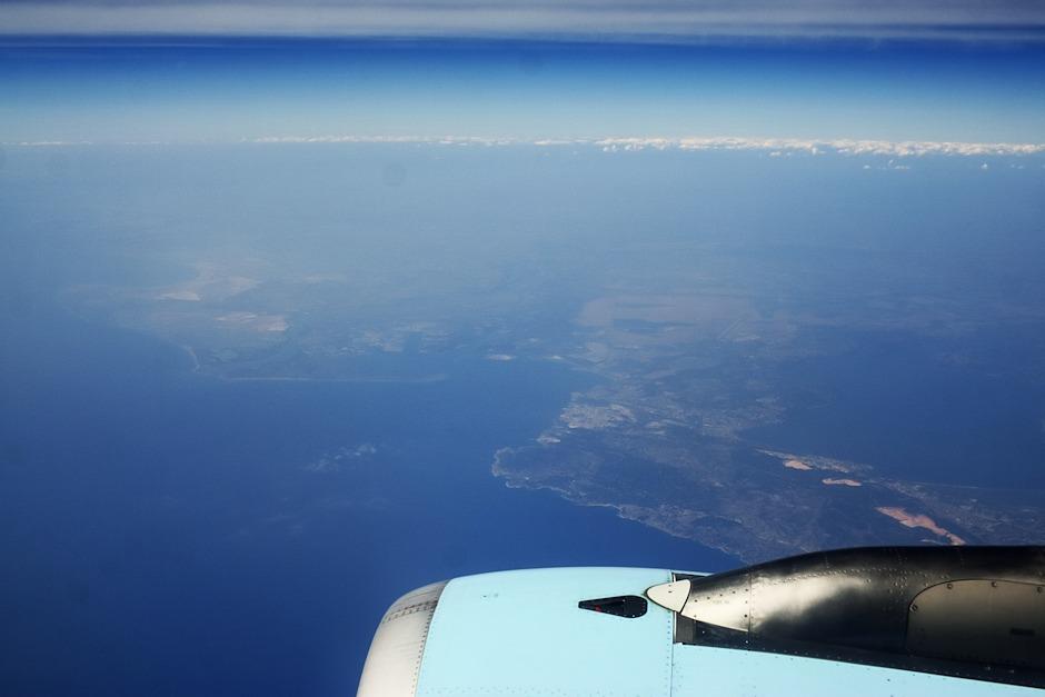 Francie nad Marseille, vlevo uprostřed ústí řeky Rhony, vpravo uprostřed je vidět část laguny Etang de Berre