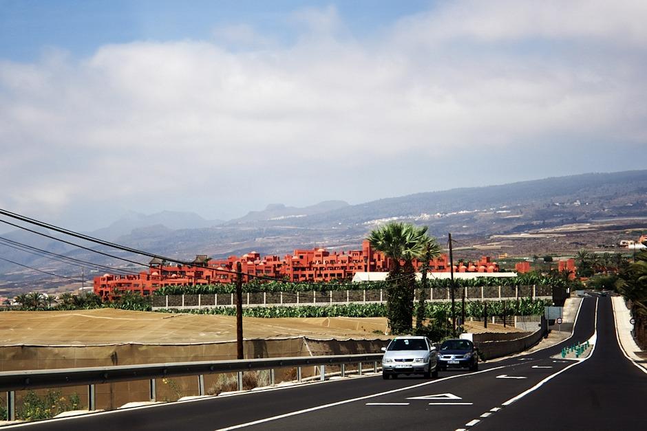 Pětihvědičkový netradiční červený hotel ve městě Abama