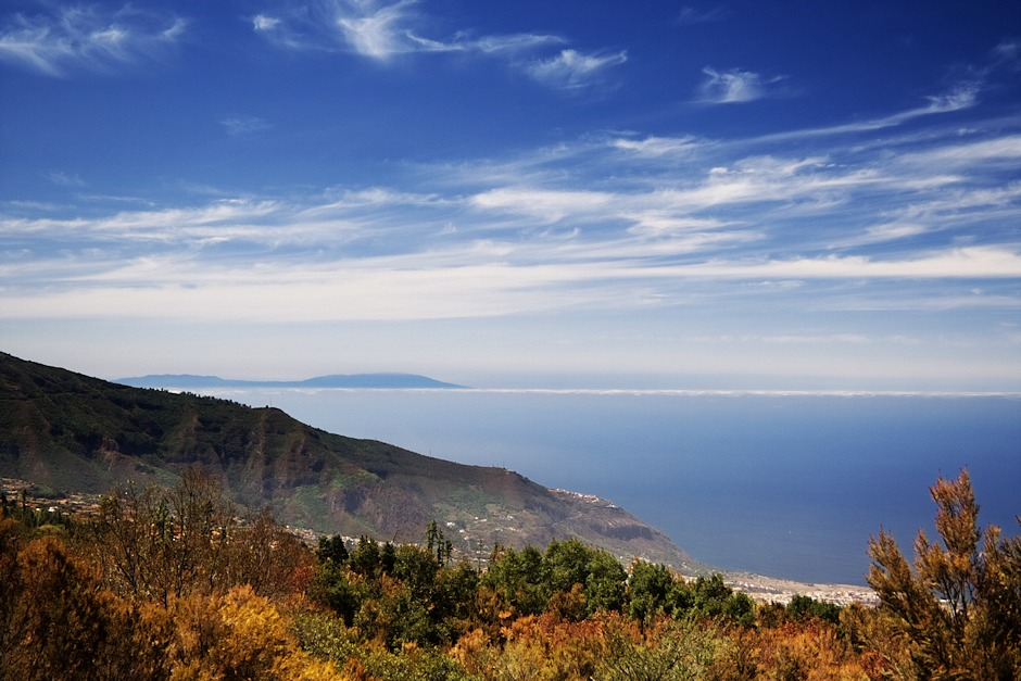 Severozápadní pobřeží Teide a v dálce ostrov La Palma, vzdálený zhruba devadesát kilometrů