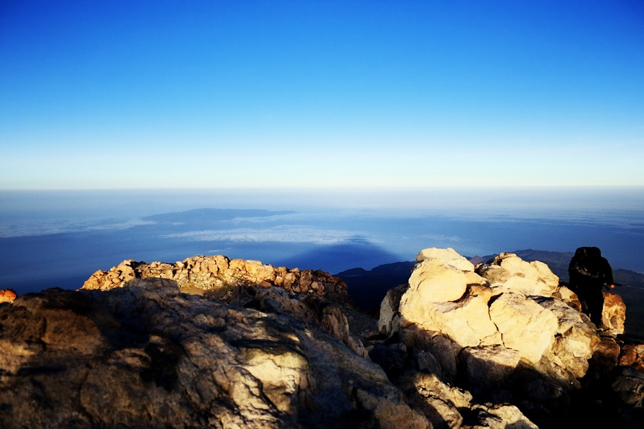 Stín Teide, tentokrát při východu slunce. Bohužel jsme nestihli okamžik, kdy se táhne až k obzoru a vytváří velie pozoruhodný efekt. V tuhle chvíli už nesahá ani k ostrovu La Gomera mírně vlevo.