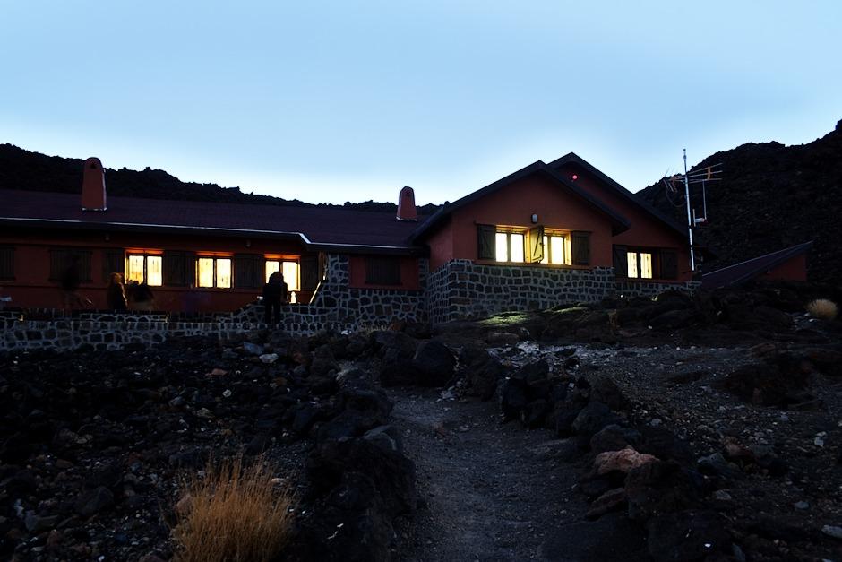 Refugio Altavista, 3270 metrů nad mořem. Nemají tu tekoucí pitnou vodu (ale to ostatně na Tenerife málokde), ale zato tu mají wifi. Paradoxy moderního světa...