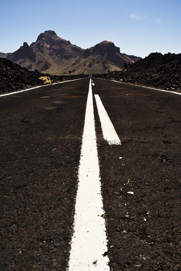 Černá cesta černým lávovým polem