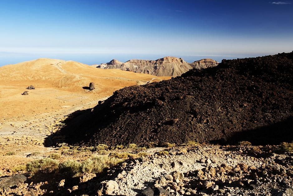 Vrcholek Montaňy Blancy, za kterým začíná vykukovat okraj kaldery, a lávový proud.