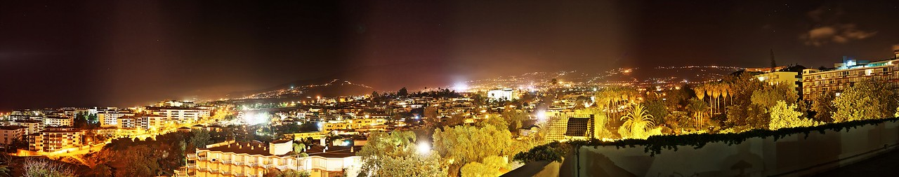 Noční panoráma Puerta de la Cruz a údolí La Orotava z opalovací terasy hotelu