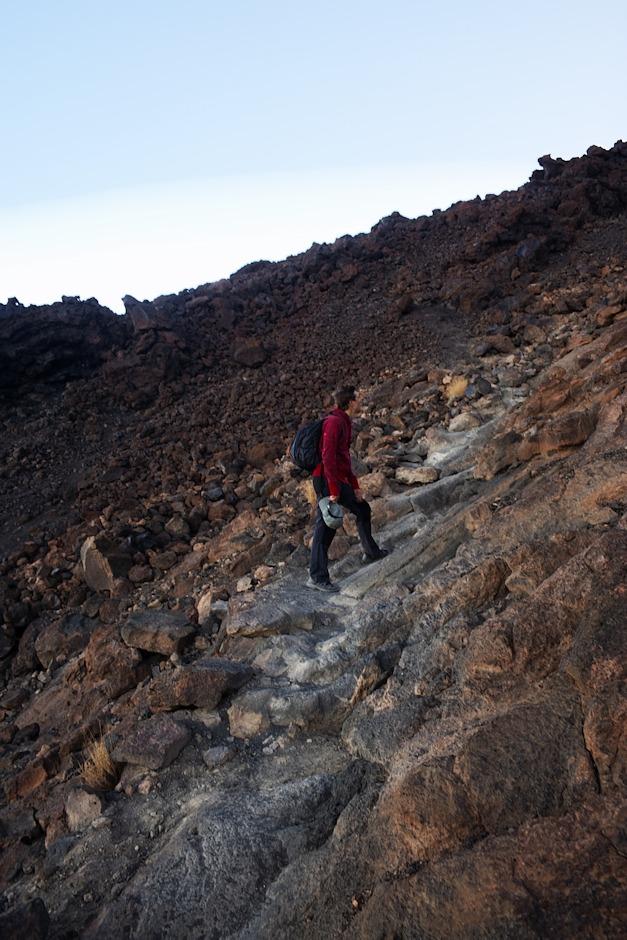 Relativně normální pěšina se postupem času a výšky mění spíše v ochozené kameny. Současně se také dost ochlazuje.