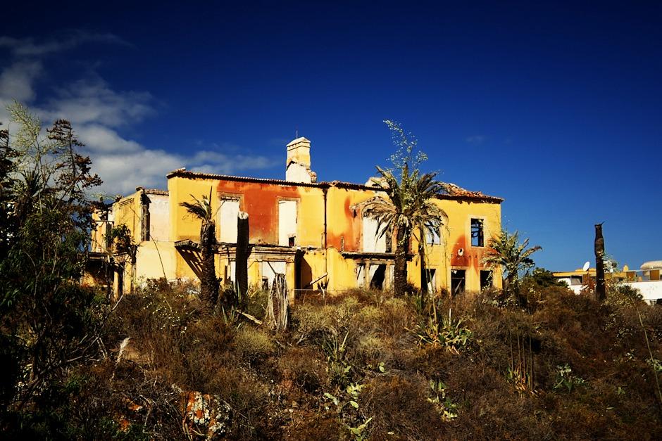 Ruina na kopci vedle hotelu