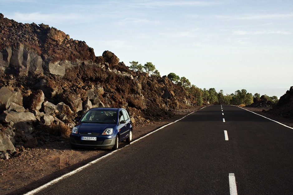 """Naše """"nové"""" a lepší auto u lávového proudu. Takhle tu v parku vypadá spousta silnic."""