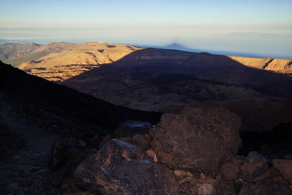 Stín Teide už překročil okraj kaldery a pomalu se natahuje k ostrovu Gran Canaria (který je mimochodem vzdálený nějakých 90 kilometrů). Jsme někde zhruba ve 3100 metrech (což ale nevíme).
