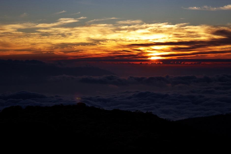 Západ slunce nad tenerifským slavným oblačným mořem (Mare des Nubes), vlevo ostrov La Gomera