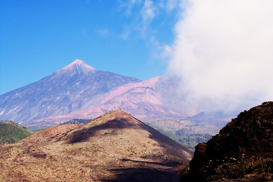 Vpředu Montaňa Bilma (1372 m), za ní dále mírně vpravo v mracích Pico Viejo (3135 m) a konečně samotná El Teide (3718 m)