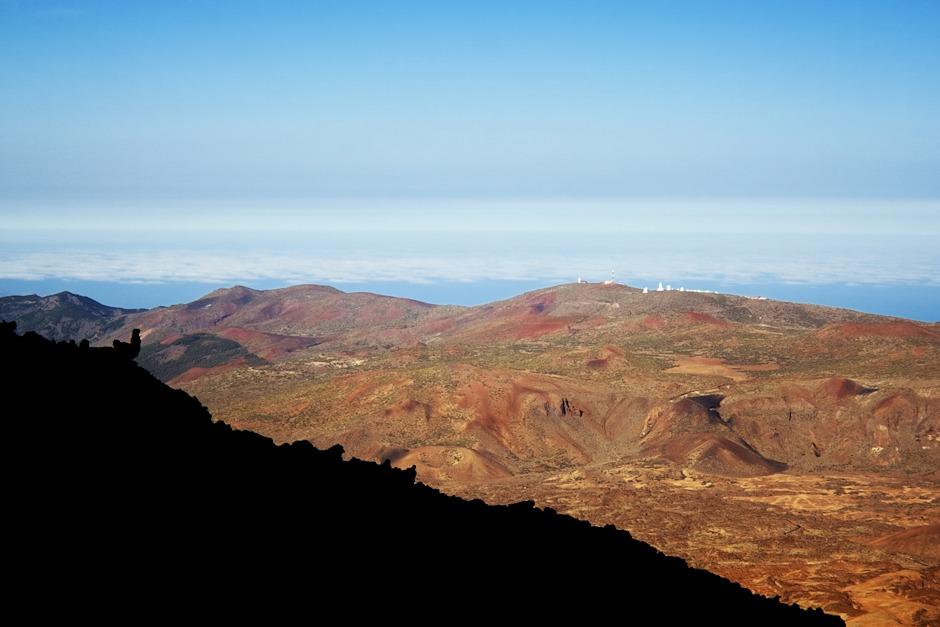 Observatoř Izaňa, na kterou dohlíží lávový kohout vlevo