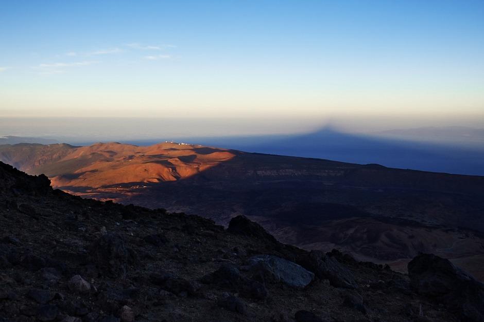 Stín Teide už sahá takřka k obzoru, dál, než je vzdálenost k ostrovu Gran Canaria. Jsme už na dosah chaty Altavista (kterou stále ještě nevidíme, je bohužel ukryta za terénní vlnou) a postupuje se nám stále hůř.