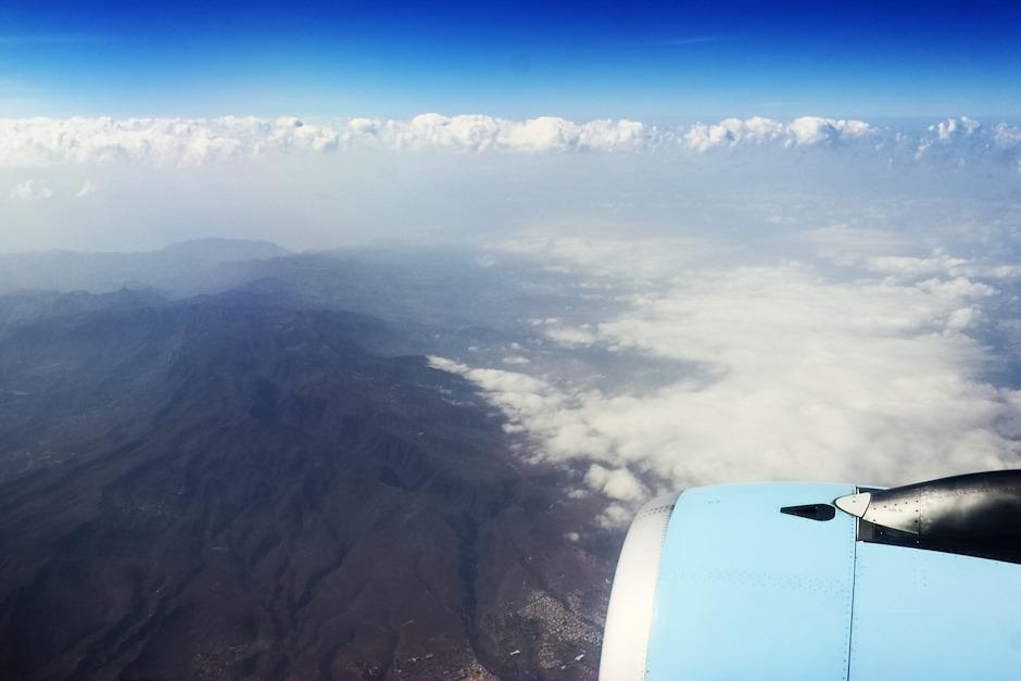 Kanárské ostrovy, Gran Canaria, dole uprostřed motorem částečně zakryté město Ingenio