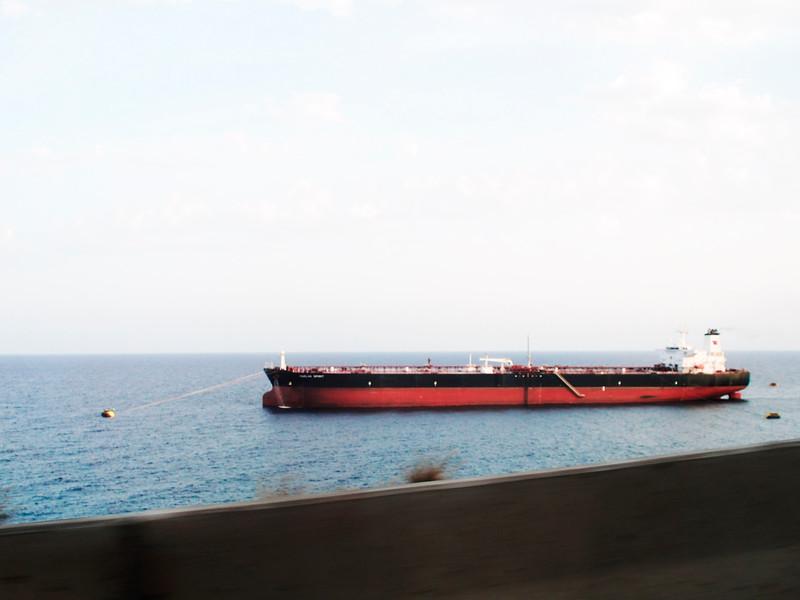 Loď, kotvící u Santa Cruz