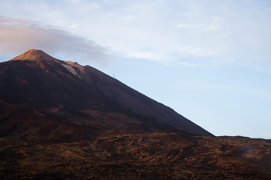 Teide s viditelným sloupem lanovky a její horní stanicí