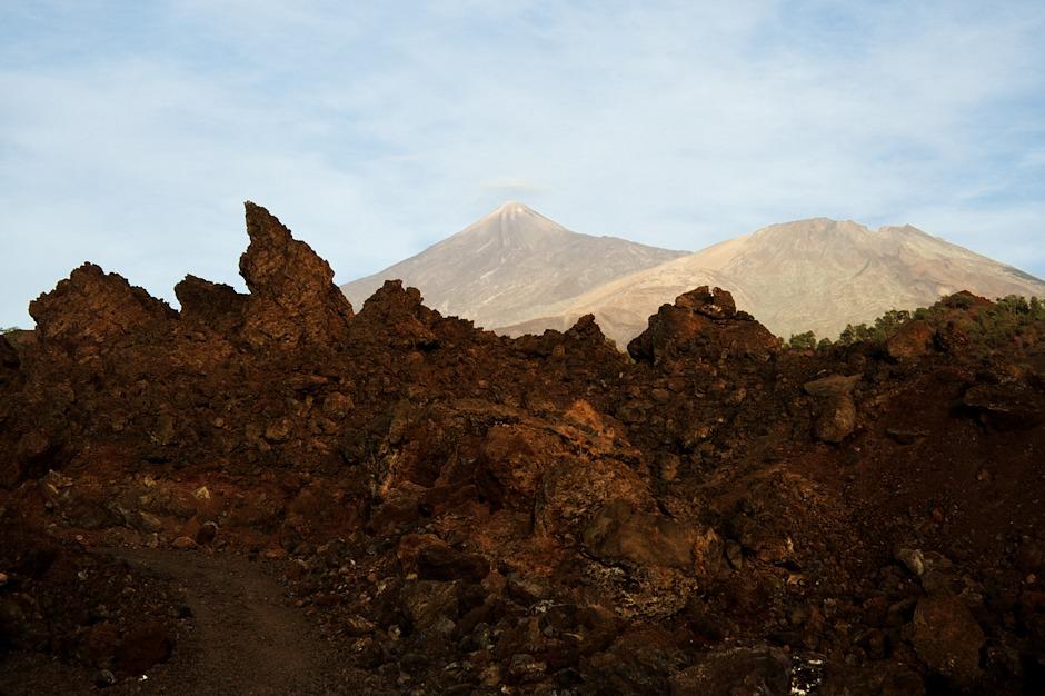 Za lávovým polem se nám už otevírá pohled na Pico del Teide a vpravo na nižší sopku Pico Viejo