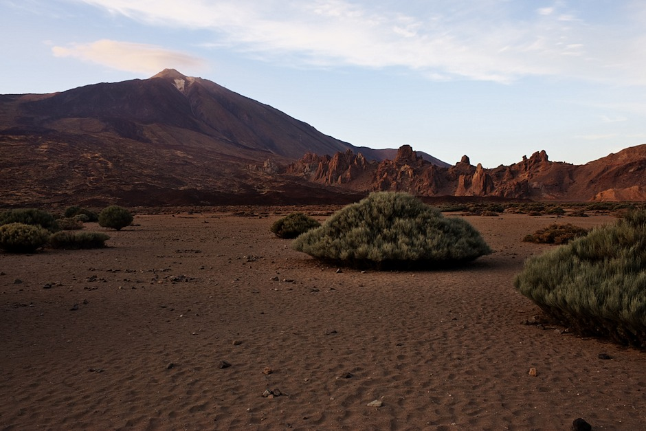 Pláň Ucanca (Llano de Ucanca) pod Teide. Vpravo skalní útvary Los Roques