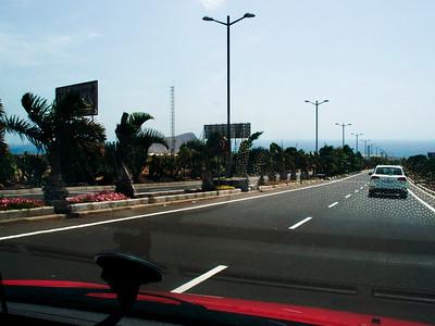 Znovu u letiště kvůli výměně auta. Vlevo opět Montaňa Roja.
