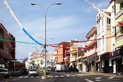 Alcalá. Na Tenerife se každou chvíli pořádají nějaké oslavy a fiesty, takováto pouliční výzdoba je tam poměrně běžně k vidění.