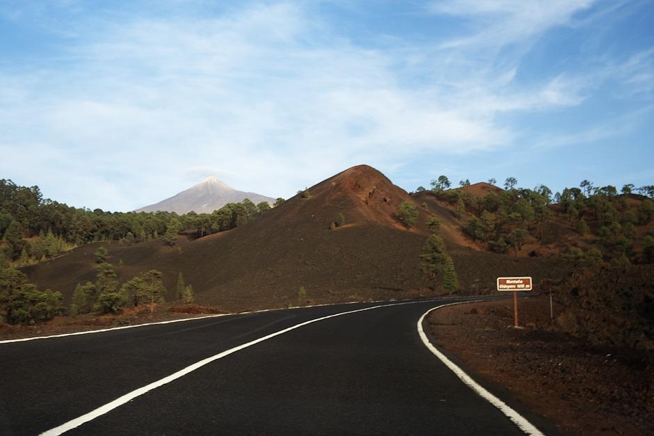 Montaňa Chinyero. V pozadí samozřejmě opět Teide (asi nemá smysl ji stále zmiňovat, je z ostrova vidět skoro odevšad).