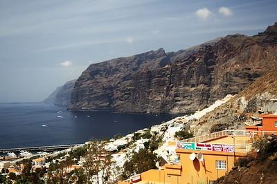 Útesy Los Gigantes, vysoké místy až kolem 500-600 metrů, v popředí stejnojmenná čtvrt města Puerto de Santiago