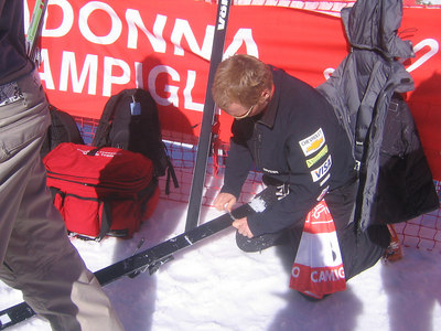 Ryan St. Onge scrapes wax from his skis prior to aerials qualifications on Friday, March 9, 2007 (credit: Doug Haney/U.S. Ski Team)