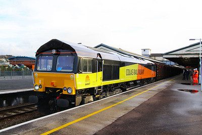 66847 stands in Nwton Abbot with 14 KFA wagons weighing 818 tonnes on the: 6Z51 14:41 Teigngrace to Chirk  21/12/11