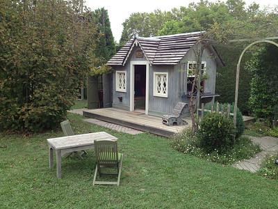 Oh look a diminutive little house...