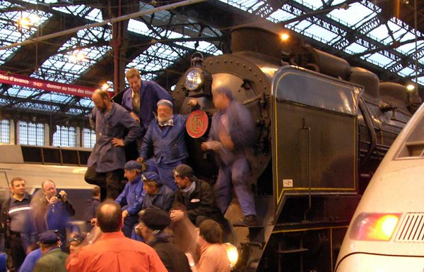 SNCF 231.K.8, Paris Gare de Lyon, Fri 6 May 2005 - 2119.  The hard working support crew pose on the front of their loco.