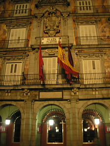 After dinner, we visited el Plaza Mayor.  In the past, it was the site of public executions, bullfights, and juegos de fútbol.
