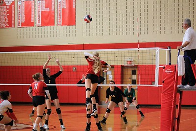 Chloe Pittman about to spike the ball over the net