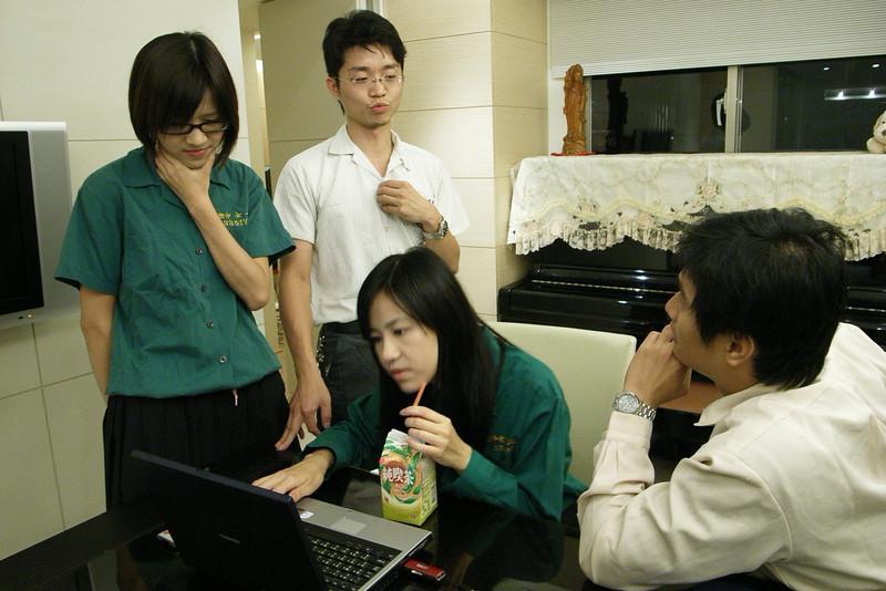 高中生在研究課業...其實是在看婚紗照
