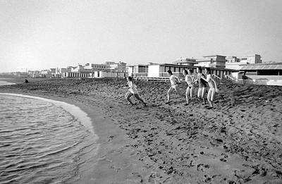 De dames nemen een duik in de zee bij Ostia.