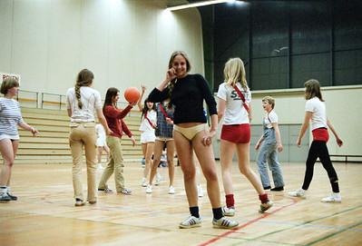 Saskia poseert even terwijl het spel achter haar door gaat. Klassentoernooi 1977.