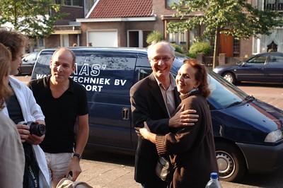 Arne en Johan worden een warm welkom geheten door Saskia, wanneer ook zij arriveren bij de bar van Janet en haar man.