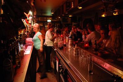 En na het eten weer terug naar Janet's populaire bar om nog wat na te praten en met de lokale bevolking van gedachten te wisselen. Al met al een zeer geslaagde reunie. Moeten we vaker doen.
