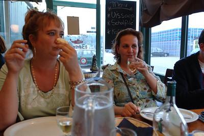 Met een wijntje wachten op de vis van van Es.
