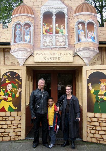 Dirk, Dutch en Mariëlle voor het pannenkoekenkasteel