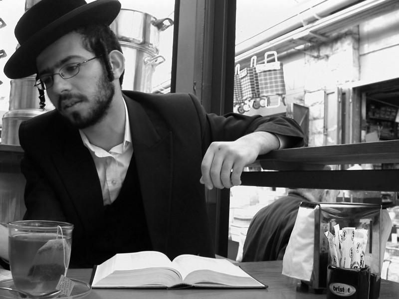 YEHUDA LIBLE -A CHASSID / FROM MEA SHEARIM TO BROOKLYN / PHOTO TAKEN IN FEB. 2004 JERUSALEM  <br /> イェフダ・レイブレ ハシッド メアシェアリムからブルックリンへ 撮影 FEB. 2004 エルサレム