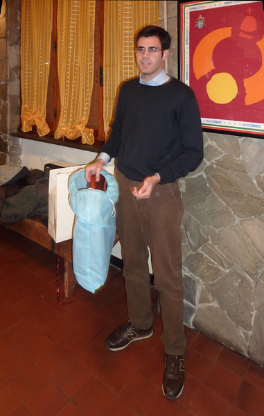 La cittadinanza regala a Luigi una borsa.