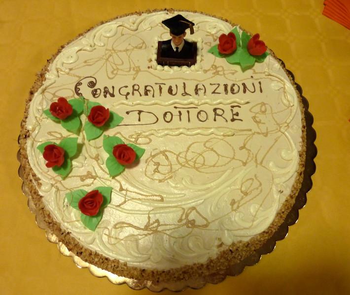 La torta fatta pervenire dall'amministrazione cittadina, dopo delibera di giunta convalidata da tutto il consiglio comunale compresa l'opposizione.