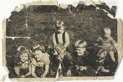 mijn opdracht... een oude foto renoveren van Remi, tot nog iets deftig... de foto is 65 jaar oud... Dat ventje in het midden, met zijn krulletjes, is Remike...