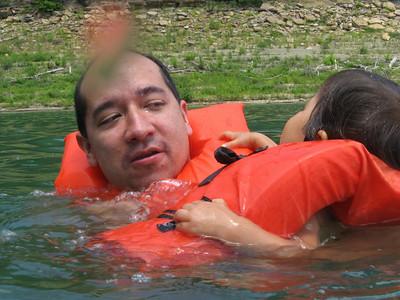 Guarden esta foto porque no se vuelve a ver... Alberto EN el agua y sin The economist!