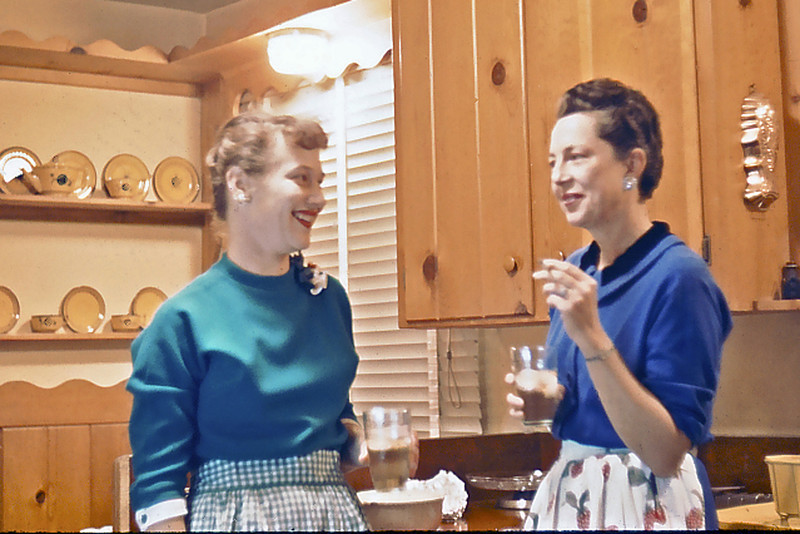 Cherry Balyeat & Maxine Bagley chat  before Christmas dinner, Hollister