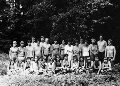 Mladejov summer camp team picture. Fotografie z letniho pionyrskeho tabora v Mladejove.  (scan)